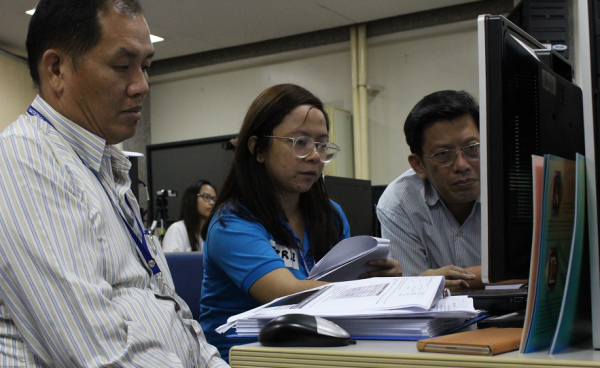 Senior Science Research Specialist Patrizcia Mae dela Cruz assisting ASEAN deleg