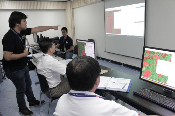 Senior Science Research Specialist Daniel Marc Dela Torre assisting ASEAN delega